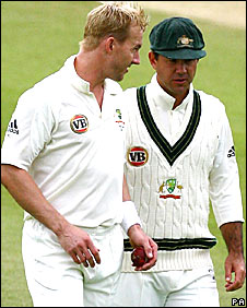 Brett Lee shares advice with captain Ricky Ponting
