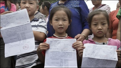 Children with their blood test results outside Dongling Lead and Zinc Smelting Co
