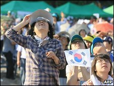 South Koreans watch rocket launch in Goheung, 25 August 2009