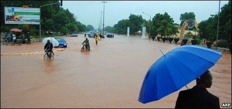 Burkinabes wade through floodwater in Ouagadougou, 01/01