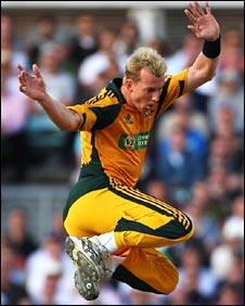 Brett Lee removes Andrew Strauss