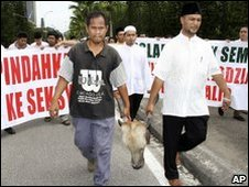 Protesters carry a cow's head during a march in Selangor state, Aug 2009