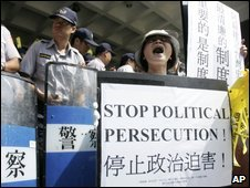 Supporters of Chen Shui-bian outside courthouse - 9 September 2009