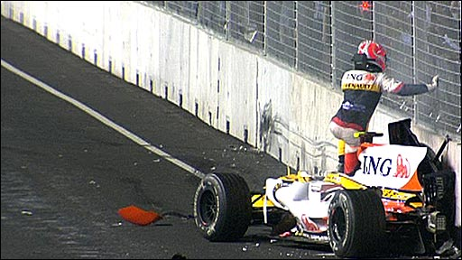 Nelson Piquet Jr crashes in Singapore