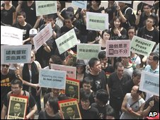Hong Kong journalists lead a protest on Sundat against the police treatment of three TV reporters trying to cover unrest in western China