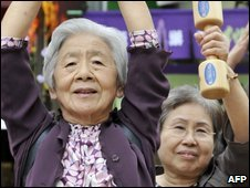 Japanese women lift weights on Tokyo - 21 September 2009
