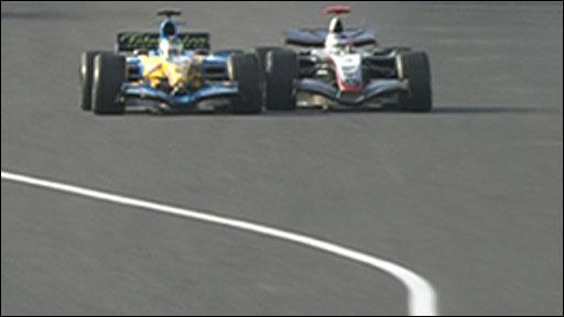 Kimi Raikkonen overtakes Giancarlo Fisichella