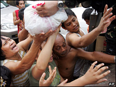 People reach out for emergency supplies in Cainta (28 September 2009)