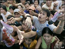 Residents scramble to receive relief good in Marikina City. Photo: 28 September 2009
