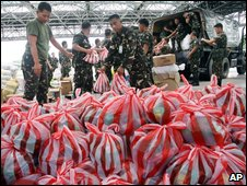 Soldiers load aid bags in Quezon city, 28/09