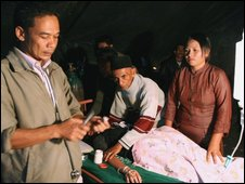 Earthquake victims receive medical treatment