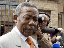 Jackie Selebi outside the court in Johannesburg (5 October 2009)