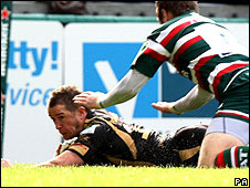Shane Williams scores the Ospreys' opening try at Welford Road
