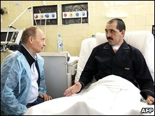 Russian Prime Minister Vladimir Putin (left) talks to the injured Ingush President Yunus-Bek Yevkurov in a hospital in Moscow (30 July 2009)