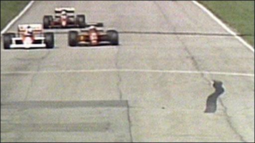 Nigel Mansell overtakes Alain Prost