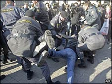 Russian police detain demonstrators in Moscow. Photo: 16 October 2009