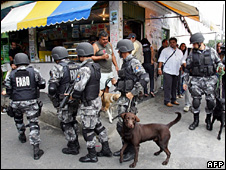 Security forces patrol the Jacarezinho slum (19 October 2009)