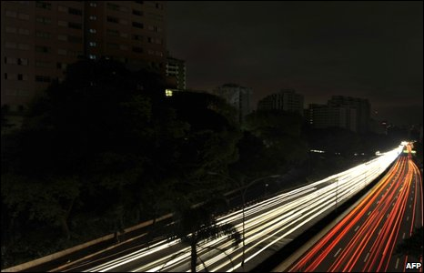 Vehicles on the 23 de Maio expressway through Sao Paulo during the blackout, early on 11 November