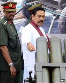 Sri Lankan President Mahinda Rajapaksa (r) with  Gen sarath Fonseka