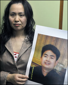 Girlfriend Zhang Yuwei holds pic of Zhou Yongjun 12 oct 2009