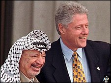 File photo (1998) Palestinan leader Yasser Arafat (L) and ex-US President Bill Clinton (R)