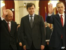 Romanian presidential candidates Traian Basescu (L), Crin Antonescu (C) and Mircea Geoana (R) in Bucharest (20 Nov 2009)