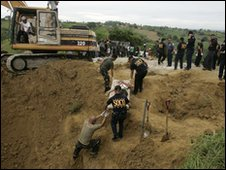 Police recover victim's body from mass grave in Maguindanao - 24 November 2009