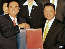 Chiang Pin-kung (R) shakes hands with his Chinese counterpart Chen Yunlin (L)