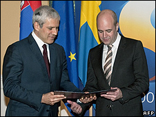 Serbian President Boris Tadic (left) hands over application to join EU to Swedish PM Fredrik Reinfeldt, 22 Dec 09