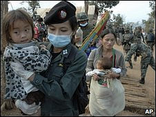 Thai policewoman escorts Hmong from refugee camp 28.12.09