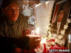 A mourner lights a candle in front of a picture of Abdurrahman Wahid in Yogyakarta, Indonesia (30/12/2009)