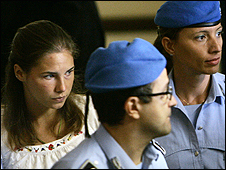 Amanda Knox (left) escorted by Italian penitentiary police officers (photo: AP Photo/Antonio Calanni)