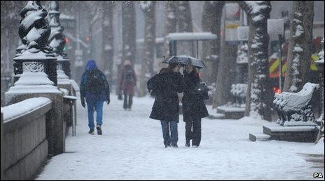 The snow settles on London's Embankment as commuters travel to work. Photo: Stefan Rousseau/PA Wire