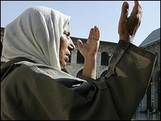 Syrian woman praying in the Omayyad mosque in Damascus