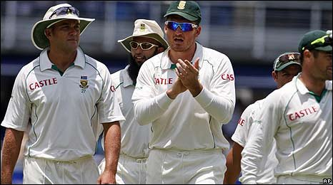 Graeme Smith applauds South Africa's supporters after they win the final Test