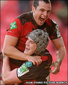 Daniel Evans helps Jonathan Davies celebrate his second try