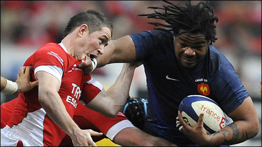 Mathieu Bastareaud hands off Shane Williams