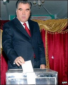 Tajik President Emomali Rakhmon votes in Dushanbe (28 Feb 2010)