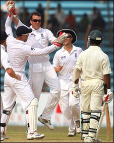 Graeme Swann and team-mates celebrate his first wicket