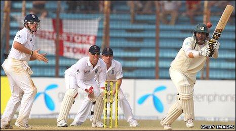 Junaid Siddique keeps England at bay