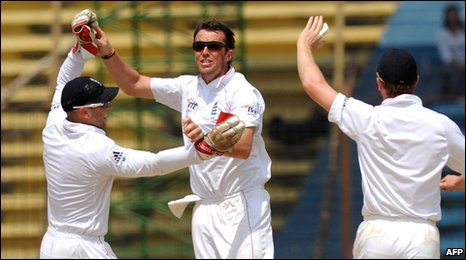 Graeme Swann (centre) celebrates a wicket