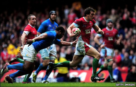Sam Warburton races away from the Italian defence