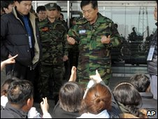 South Korean navy commander Kim Dong-Shik speaks to relatives of the missing in Pyeongtaek (29 March 2010)