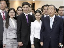 Ban Ki-moon poses with Uzbek students on 5 April 2010