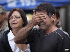 Relatives mourn in Niteroi, Rio de Janeiro, 8 April 2010