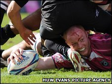 Martyn Williams squeezes over for the Blues' second try
