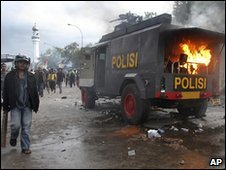 Burning police vehicle in Jakarta, Indonesia (14 April 2010)