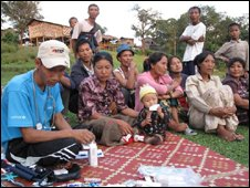 Free Burma Ranger gives out medicines