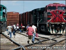 Central American migrants run to catch the train in Veracruz, Mexico (Copyright: Ricardo Ramirez Arriola)