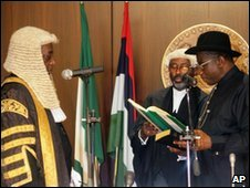 Goodluck Jonathan takes the oath of office in front of Chief Justice Aloysius Katsina-Alu on 6 May
